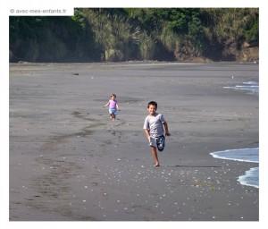 nouvelle-zelande-en-famille-raglan-plage-de-ngarunui
