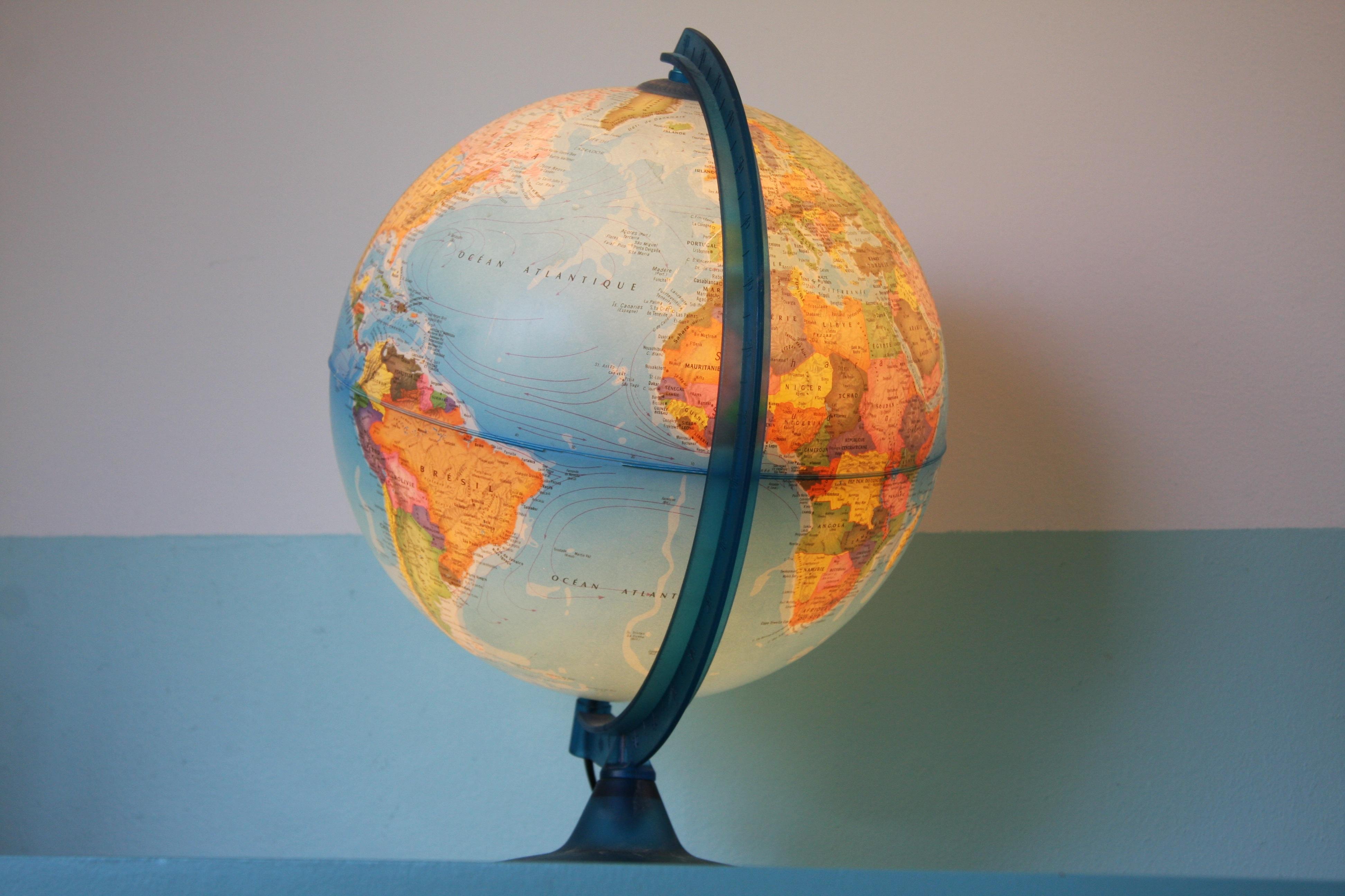 globe-terrestre-voyage-enfants