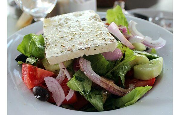 athenes-en-famille-manger-salade-grecque