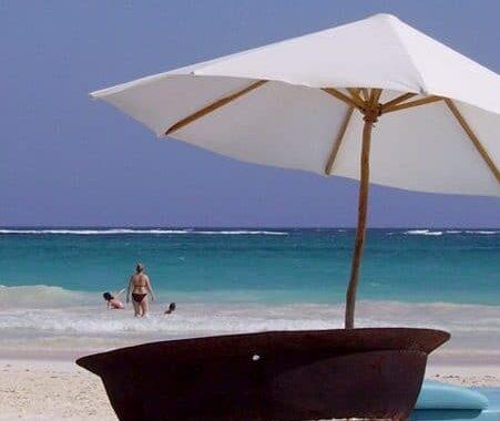 mexique-en-famille-tulum-plage-parasol