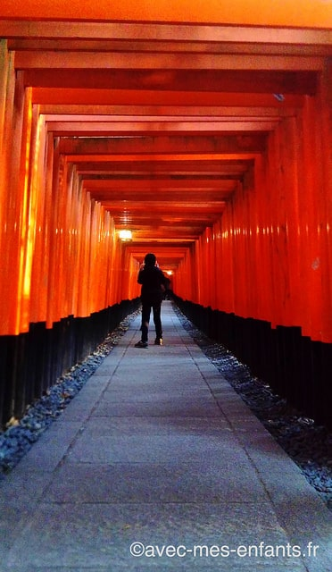 fushimi-inari-kyoto-en-famille-torii-couloir