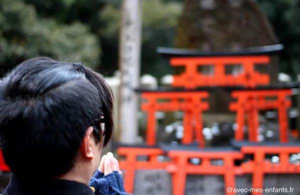 fushimi-inari-kyoto-en-famille-torii-priere