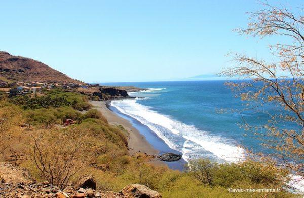 cap-vert-en-famille-santiago-plage-sable-noir