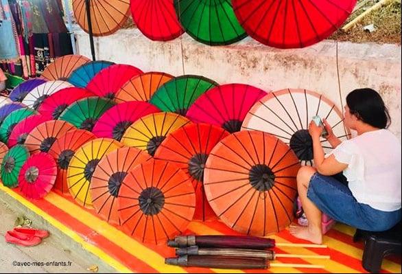 laos-en-famille-luang-prabang-ombrelles