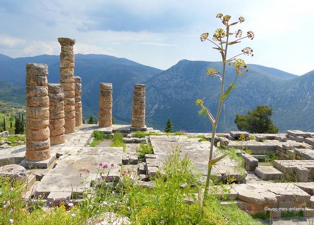 grece-en-famille-delphes-temple